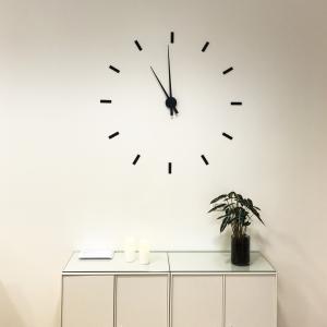 Billede af Viser vægur med løse streger - sort